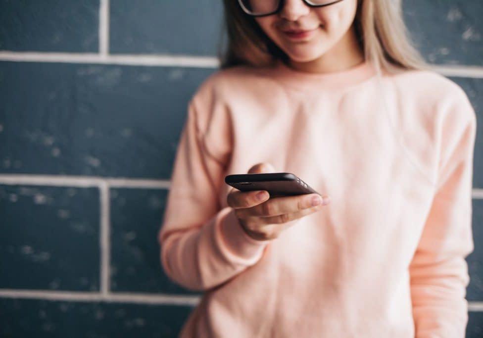 girl-using-mobile_t20_EO9Wj7
